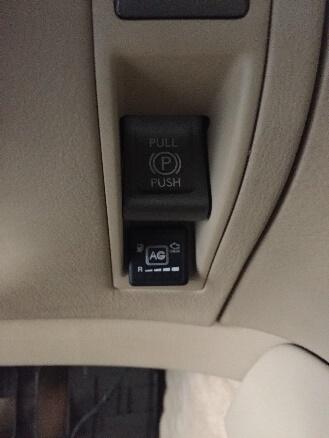 Протягування кабелю для кнопки в салон автомобіля